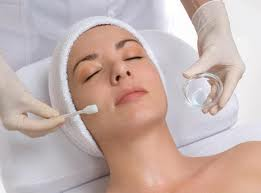 Chemical peel. This procedure uses repeated applications of a chemical solution, such as salicylic acid. It is most effective when combined with other acne treatments, except oral retinoids. Chemical peels aren't recommended for people taking oral retinoids because together these treatments can significantly irritate the skin. Chemicals peels may cause temporary, severe redness, scaling and blistering, and long-term discoloration of the skin.